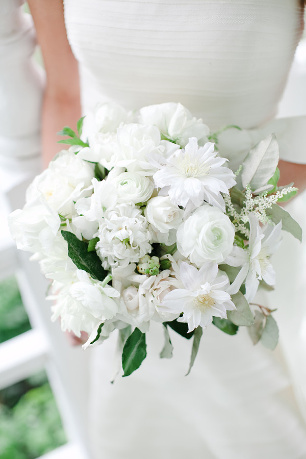 white-bridal-bouquet-ranunculus-clematis-fall-wedding